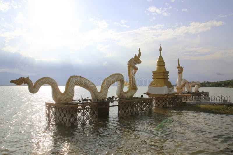 Wit Naga-standbeeld in Kwan Phayao, Thailand stock fotografie