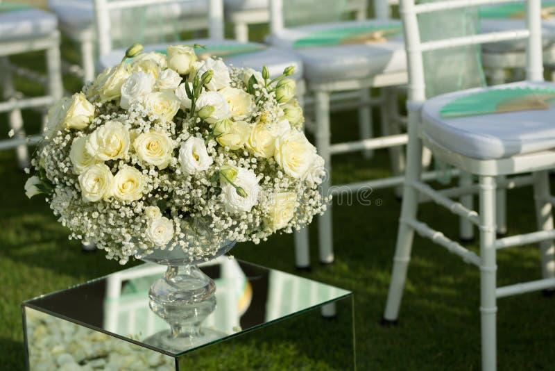 Wit nam de decoratieopstelling van het bloemenboeket op huwelijksceremonie toe royalty-vrije stock foto