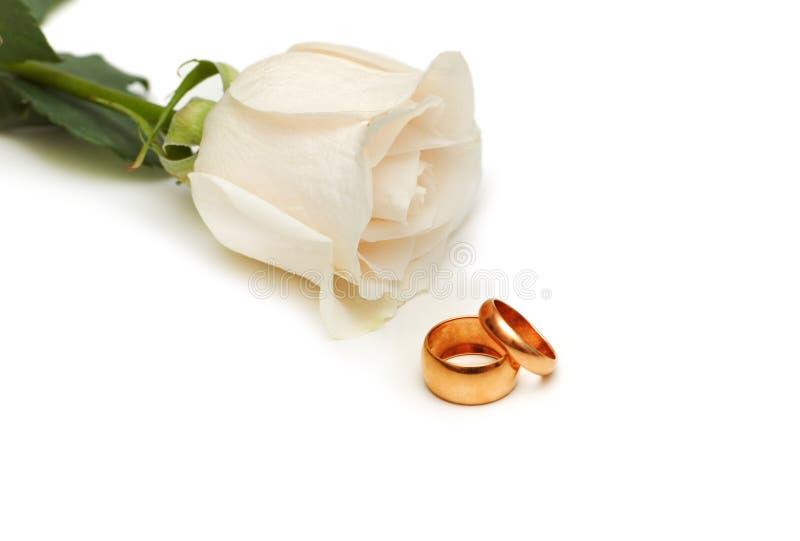 Wit nam en trouwringen die op wit worden geïsoleerde toe royalty-vrije stock foto