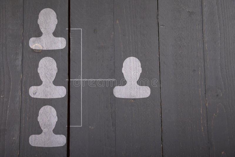 Wit organogram met witte hoofden op zwarte houten achtergrond stock afbeelding