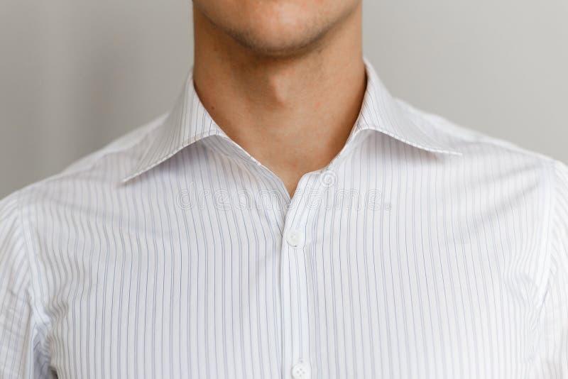 Wit overhemd op de zakenman Losgeknoopte kraag royalty-vrije stock foto
