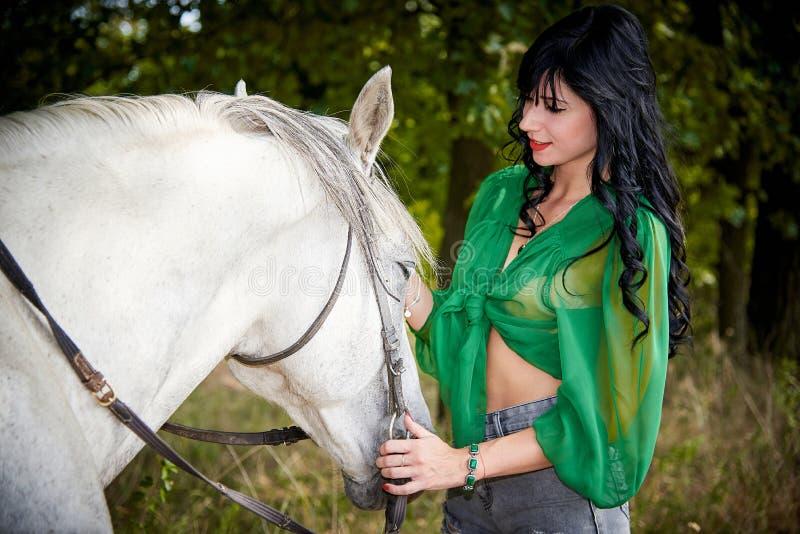 Wit paard met een jong mooi meisje royalty-vrije stock afbeeldingen