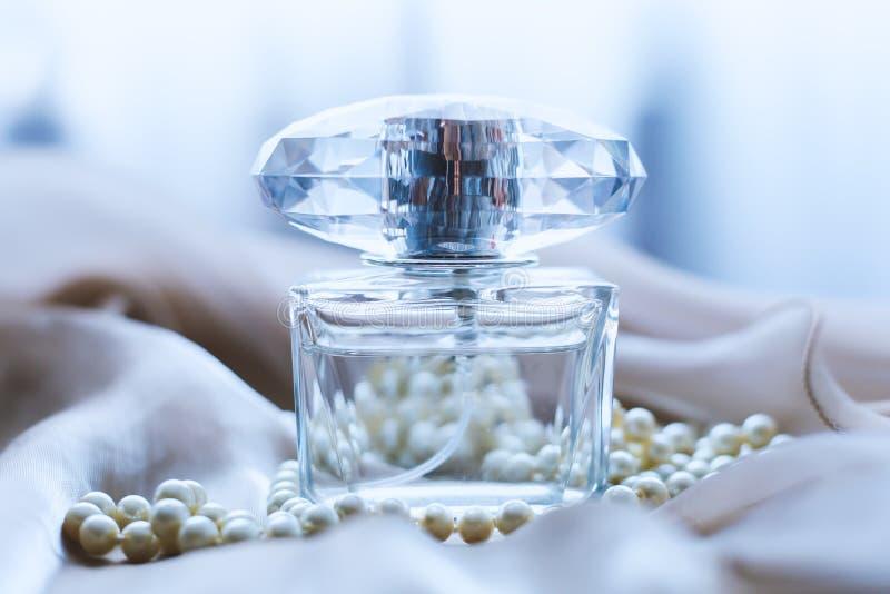 Wit parelshalsband en parfum stock foto's