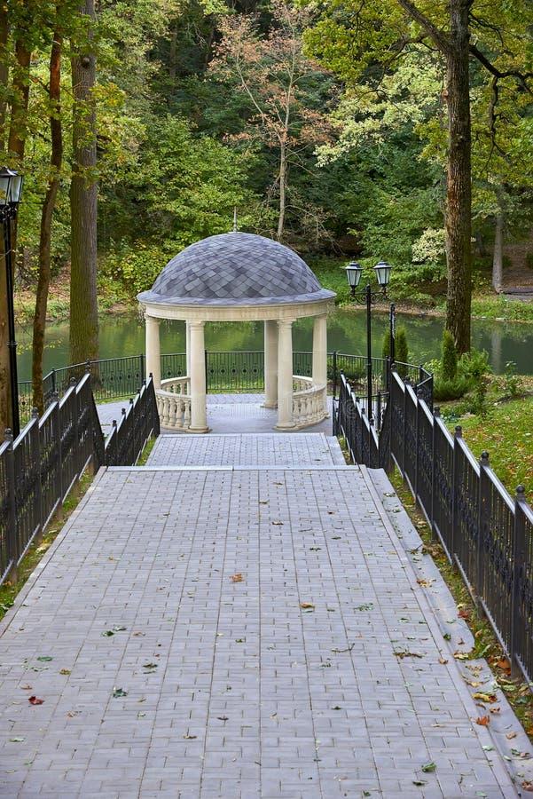 Wit paviljoen met kolommen in de herfst parkÑŽ stock afbeeldingen