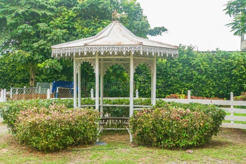 Wit paviljoen in tuin thuis voor rust stock fotografie