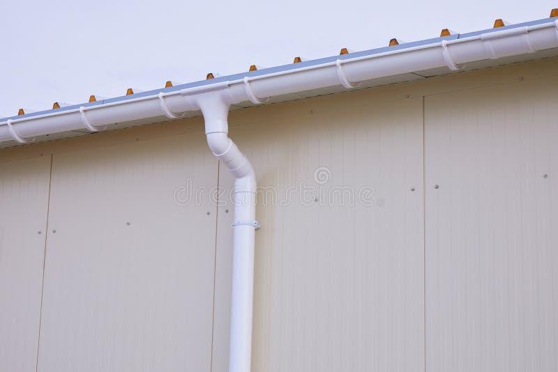 Wit plastic regen guttering systeem De pijpbuitenkant van de Gutteringsdrainage stock foto's