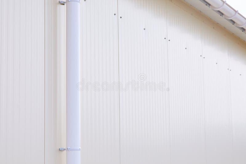 Wit plastic regen guttering systeem De pijpbuitenkant van de Gutteringsdrainage stock fotografie