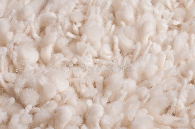 Wit plucheachtig geknoopt tapijt stock afbeelding
