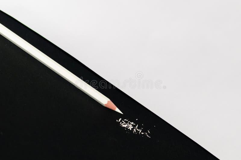 Wit Potlood met Scheren Geïsoleerd op zwarte achtergrond Macro fotografie royalty-vrije stock foto