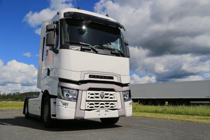 Wit Renault Trucks T met Hoge Dwarsbalkcabine stock afbeeldingen