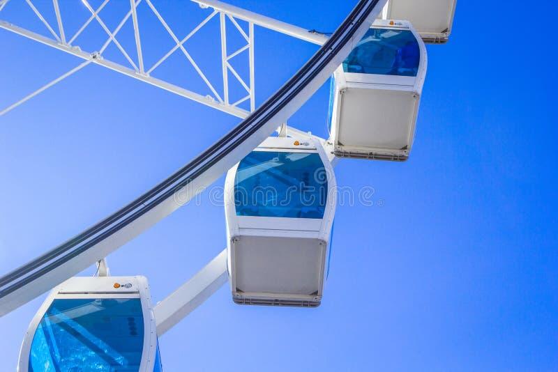 Wit Reuzenrad met glas lichtblauwe cabines tegen een blauw hemelclose-up als achtergrond, Helsinki, Finland stock foto