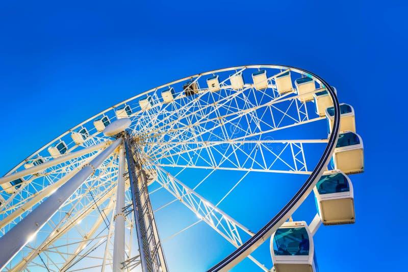 Wit Reuzenrad in pretpark op blauwe hemelachtergrond royalty-vrije stock afbeelding
