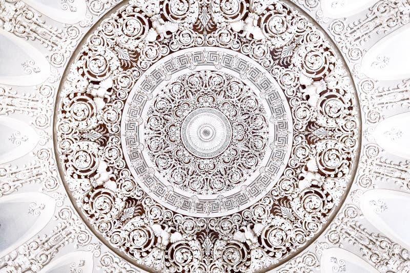 Wit rond zilveren ornament op het plafond stock fotografie