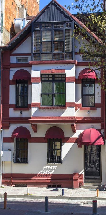 Wit-roze huis met een interessant buitenontwerp De plaats van de toerist Klassiek fabelachtig huis in de stad stock afbeelding