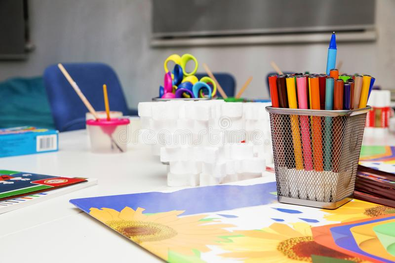 Wit-Rusland, Minsk - Februari 25, 2014 Een reeks van potloden en het kleuren voor kinderen` s vermaak royalty-vrije stock afbeeldingen