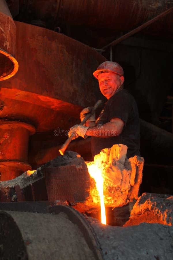 Wit-Rusland, Minsk, 2014 Het werk in de gieterij gesmolten metaalarbeider bij een metallurgische installatie stock afbeelding