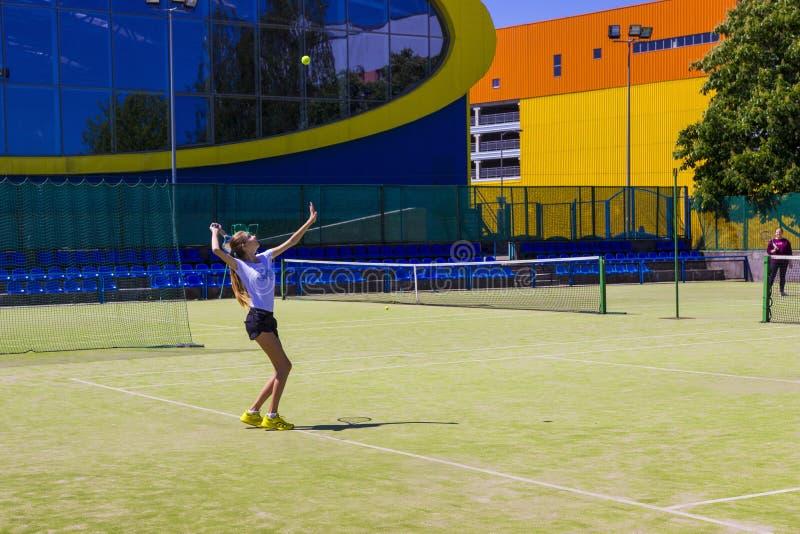 Wit-Rusland, Minsk 08 06 2018 meisjes die tennis in openlucht spelen Amateurtennisspel stock fotografie