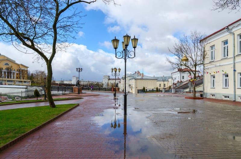 Wit-Rusland, Vitebsk Mening van de brug en de Heilige Geest van Pushkin monaste stock foto