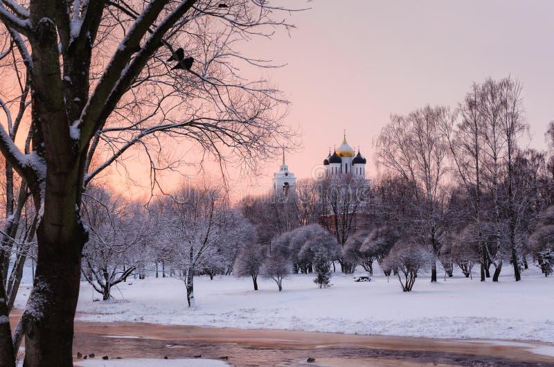 Wit Russisch ortodoxklooster in de winterdag Pskov het Kremlin Tro stock afbeelding