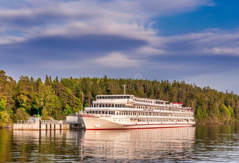 Wit schip die zich bij de pijler van Valaam-Eiland bevinden stock foto's