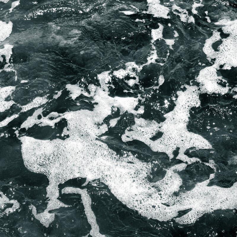 Wit schuim op de oppervlakte van glashelder zeewater royalty-vrije stock foto