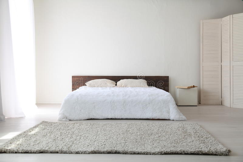 Wit slaapkamer helder binnenland met bed stock foto's