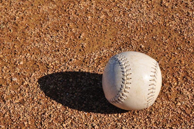 Wit Softball op Infield stock foto's