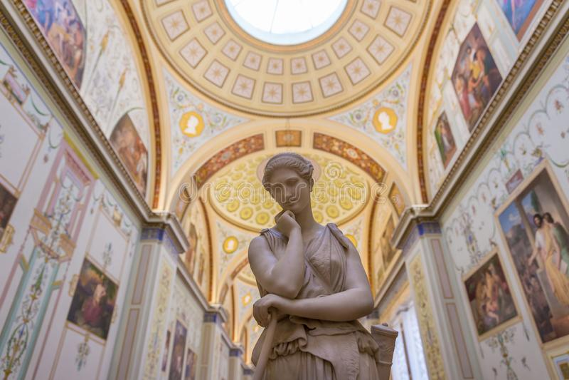 Wit standbeeld binnen de Kluismuseum van de Staat royalty-vrije stock afbeelding