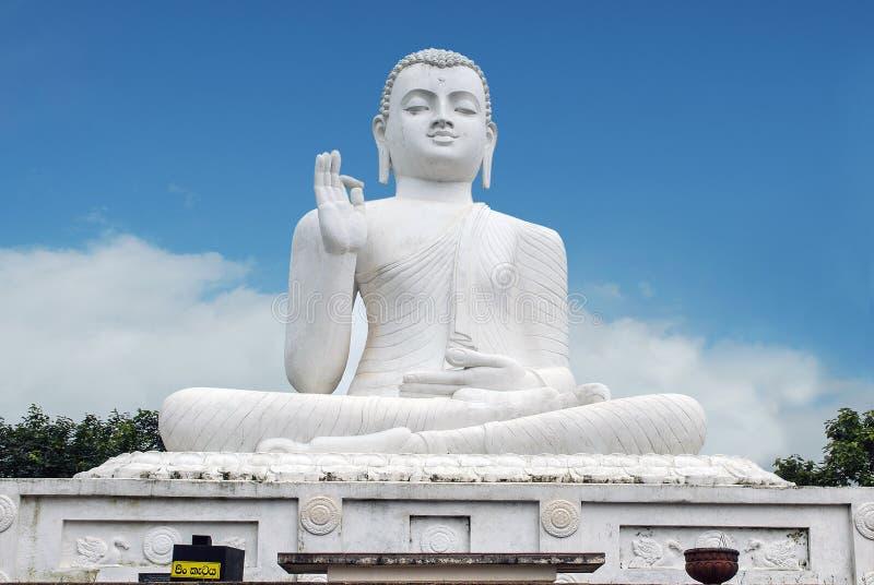 Wit standbeeld van gezette Boedha (Siddharta Gautama) royalty-vrije stock fotografie