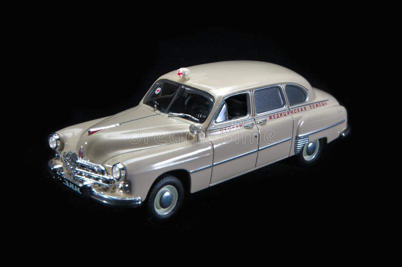 Wit stuk speelgoed, plastic model van de Russische ziekenwagen Zwarte achtergrond royalty-vrije stock afbeelding
