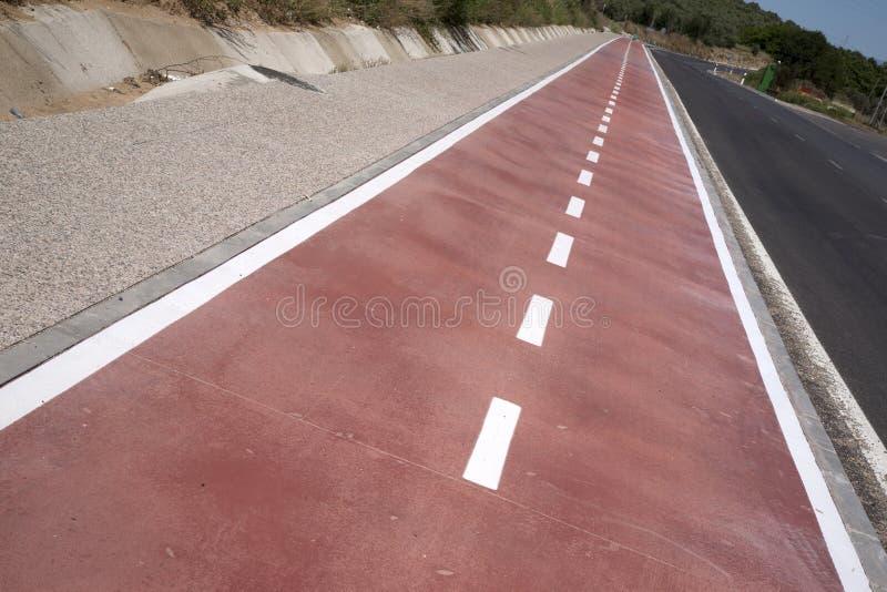 Wit teken dat van fiets en witte pijl één manier op asfaltweg richt royalty-vrije stock foto's