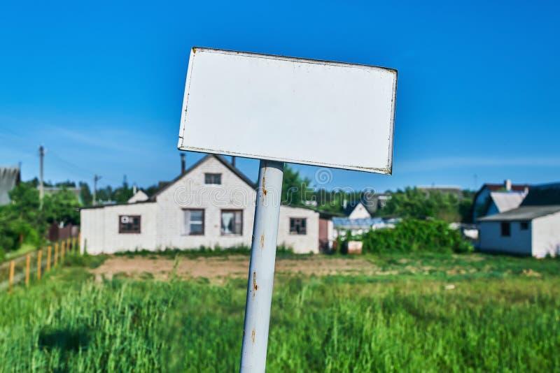 Wit teken met tekstgebied dichtbij wit huis stock afbeelding