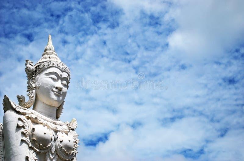 Wit Thailand Angel Staue op blauwe hemelachtergrond royalty-vrije stock afbeeldingen