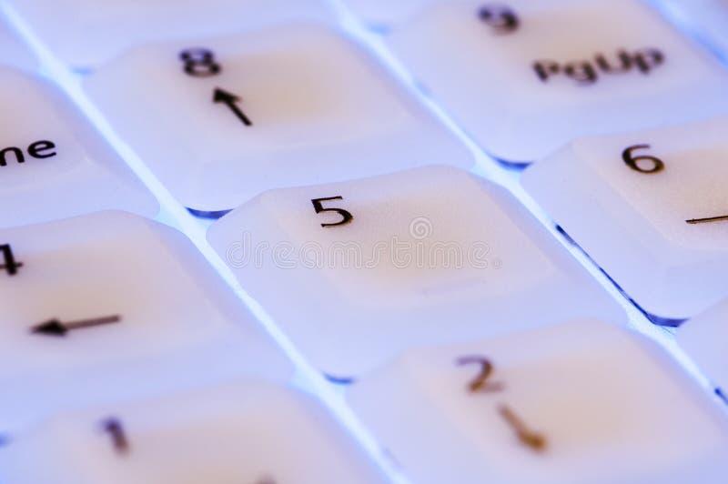Wit toetsenbord met blauwe lichte dichte omhooggaand royalty-vrije stock afbeeldingen