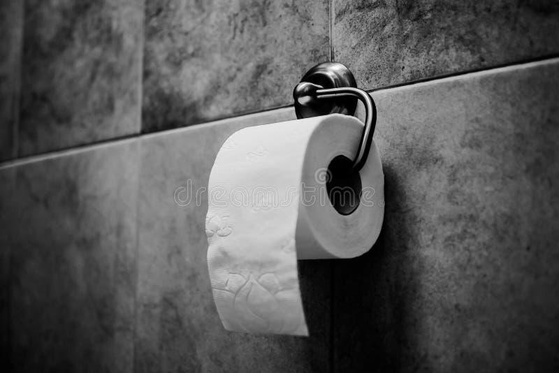 Wit toiletpapier op chroomhouder stock afbeeldingen