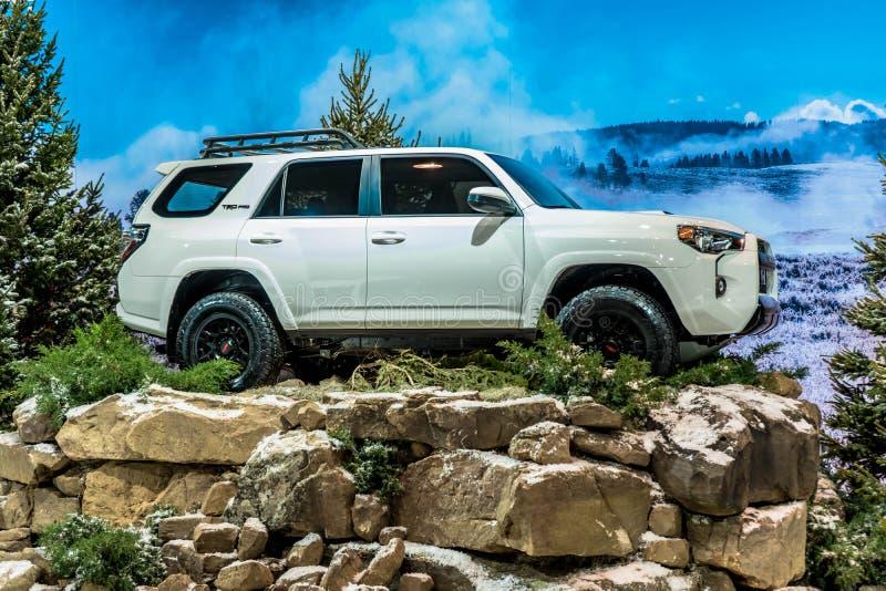 Wit 2019 Toyota 4Runner TRD Pro blootgesteld op de winterinstalation die op Chicago Autoshow 02/17/2019 wordt genomen stock afbeelding