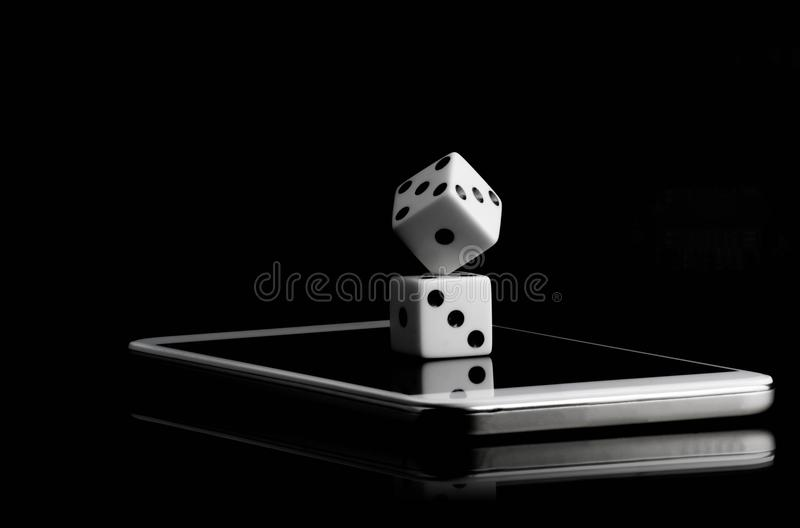 wit twee dobbelt gestapeld op de mobiele telefoon in de zwarte ruimte als achtergrond en exemplaar voor tekst royalty-vrije stock afbeelding