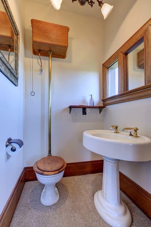 Wit uitstekend badkamersbinnenland met bruine versiering royalty-vrije stock afbeelding