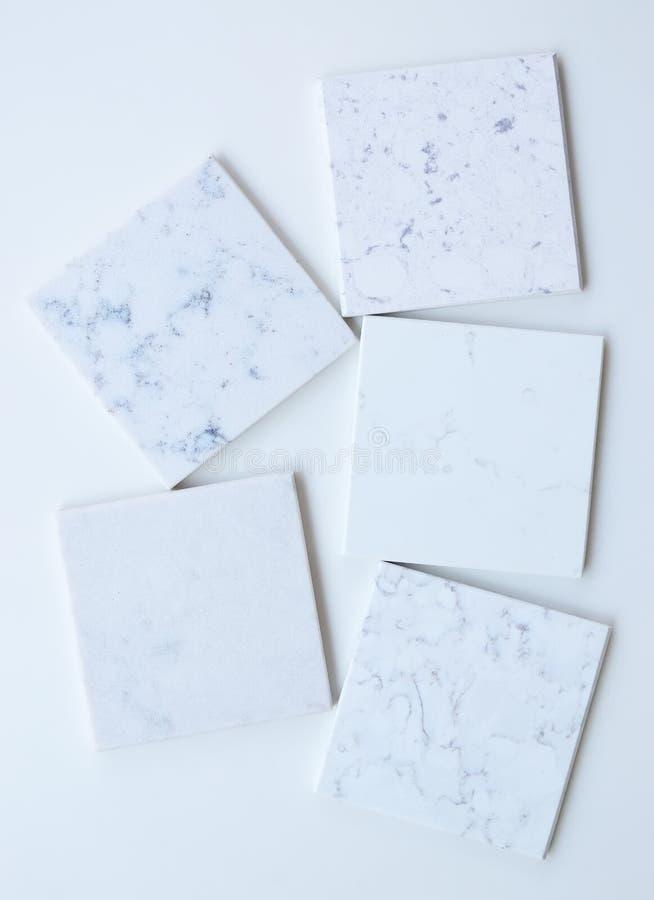 Wit van vijf het verschillende die steensteekproeven hoofdzakelijk met marmer zoals korrels en aders wordt gebaseerd royalty-vrije stock foto