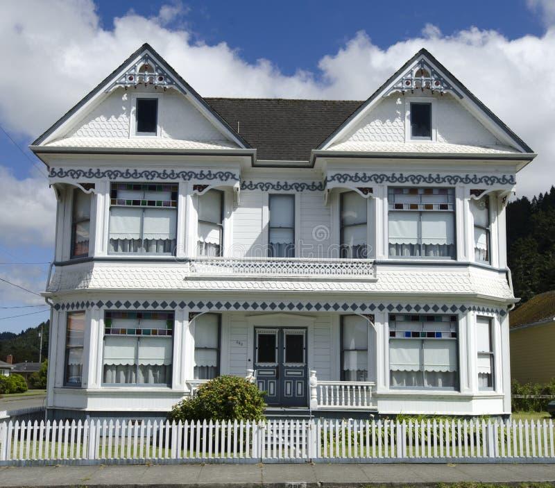 Wit Victoriaans Huis onder Blauwe Bewolkte Hemel royalty-vrije stock foto's