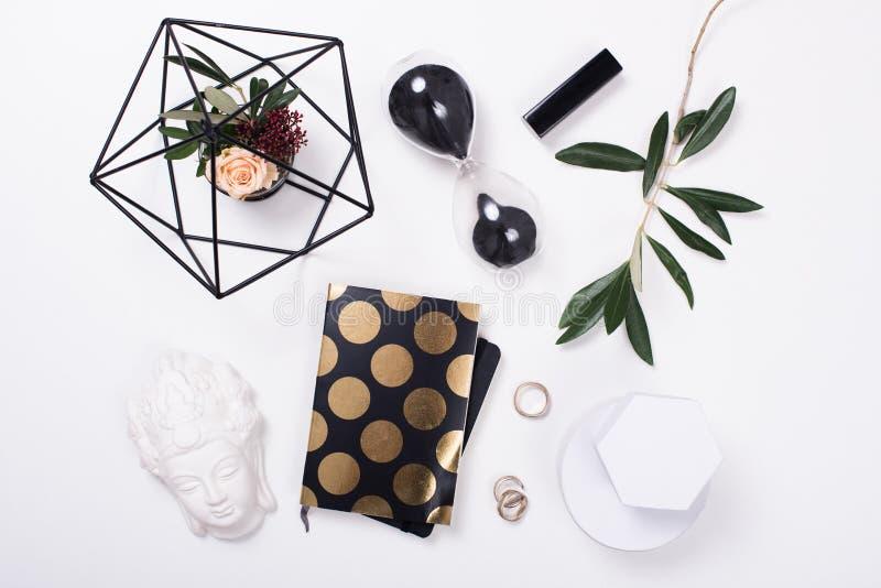 Wit vrouwelijk flatlay tafelblad stock fotografie