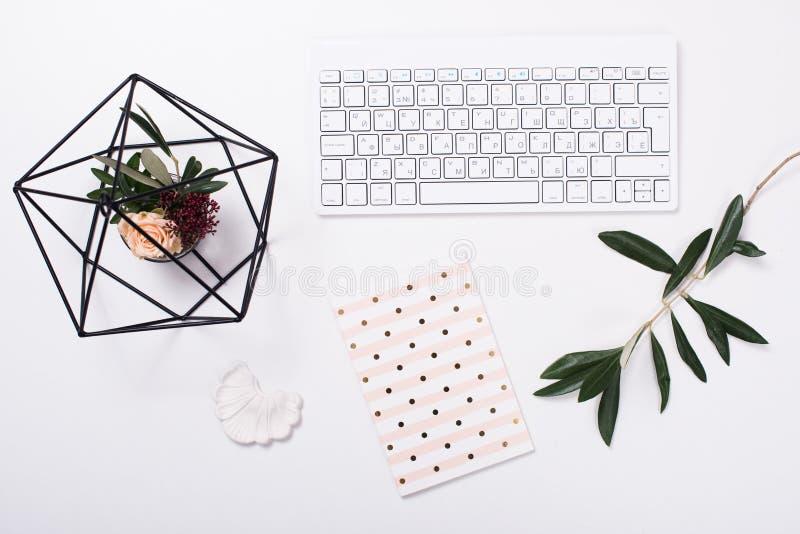 Wit vrouwelijk flatlay tafelblad stock foto's