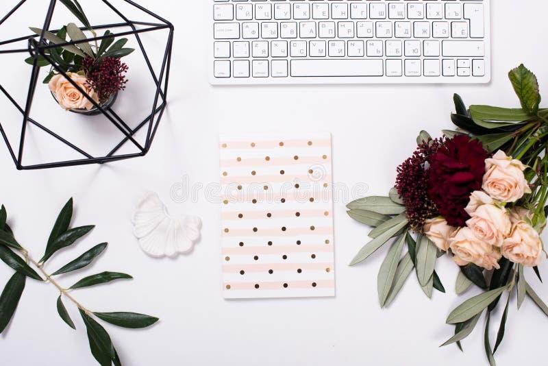 Wit vrouwelijk flatlay tafelblad royalty-vrije stock afbeelding