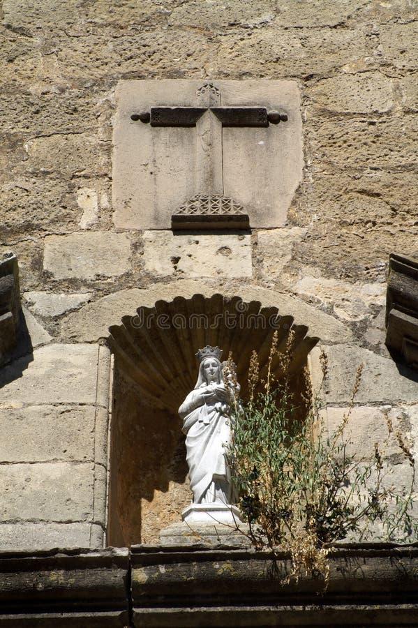 Wit vrouwencijfer tegen de muur van een oude kerk royalty-vrije stock afbeeldingen