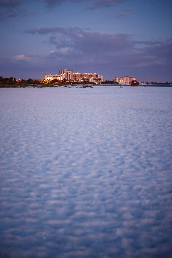 Wit zand bij Lido-strand bij schemer royalty-vrije stock foto