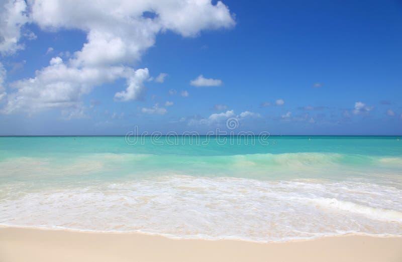 Wit zand en turkooise wateren van Eagle Beach Aruba stock afbeelding