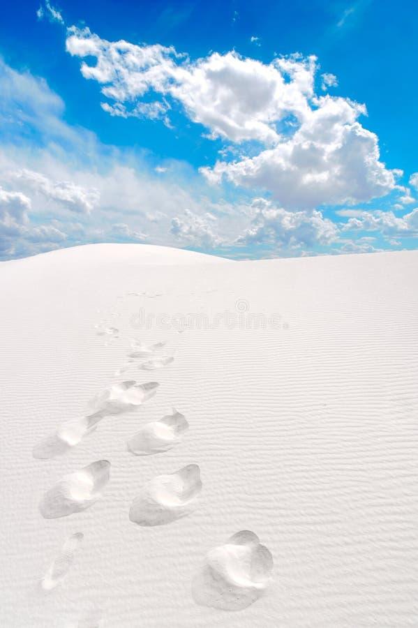 Wit Zand en voetafdrukken stock foto