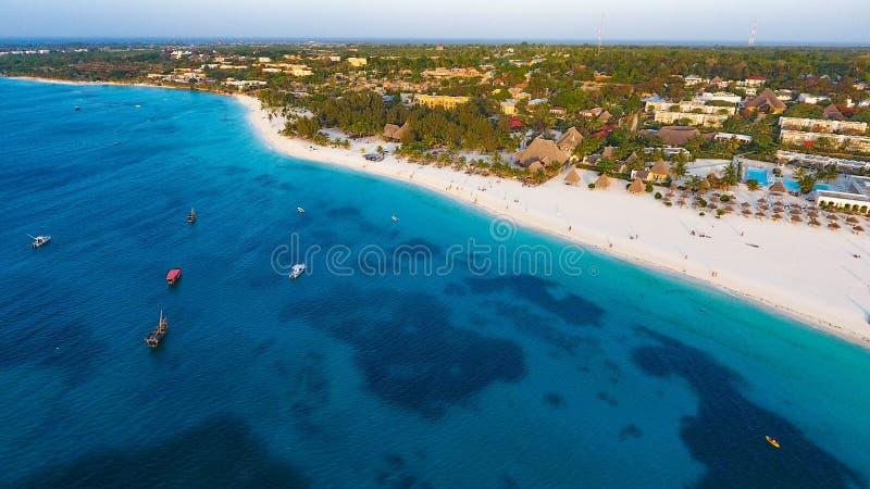 Wit zandig strand van Zanzibar royalty-vrije stock afbeeldingen