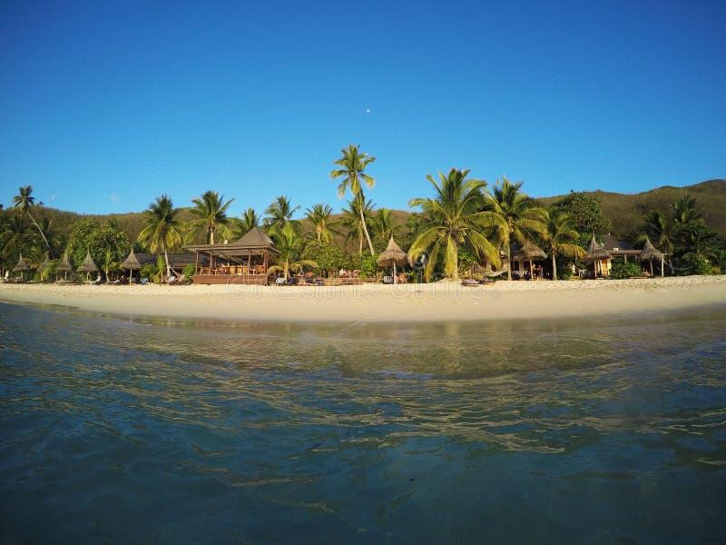 Wit zandstrand in de Eilanden van Fiji stock afbeeldingen