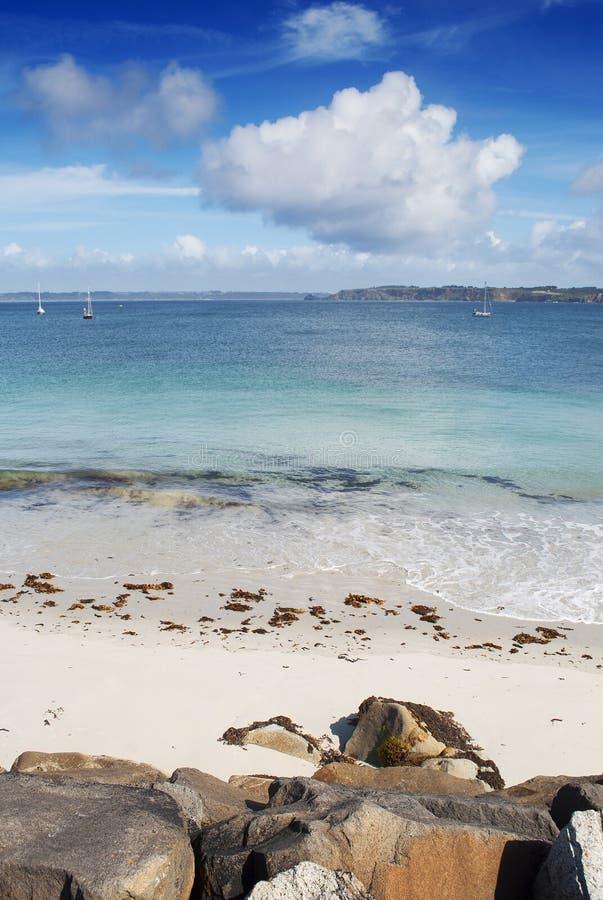 Wit zandstrand en turkoois water in Camaret Sur Mer, Frankrijk stock foto
